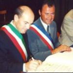 01/07/2000 - Cerimonia di gemellaggio a Forlimpopoli, i due sindaci e a destra Michel Escoffier, nipote dell' illustre chef Auguste Escoffier
