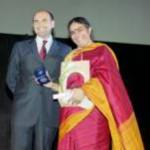 Premio Artusi 2003 Maurizio Castagnoli, Sindaco di Forlimpopoli  consegna il Premio Artusi alla scienziata indiana  Vandana Shiva
