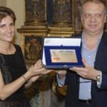 Susy Patrito Silva, direttrice di Casa Artusi, premia Allan Bay, premio Marietta ad honorem