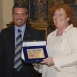 Paolo Lucchi, presidente di Casa Artusi, premia Luisanna Messeri, premio Marietta ad honorem